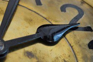 Zahn der Zeit: Uhr auf Zwei