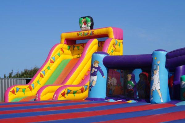 Farbenfroher Spielplatz