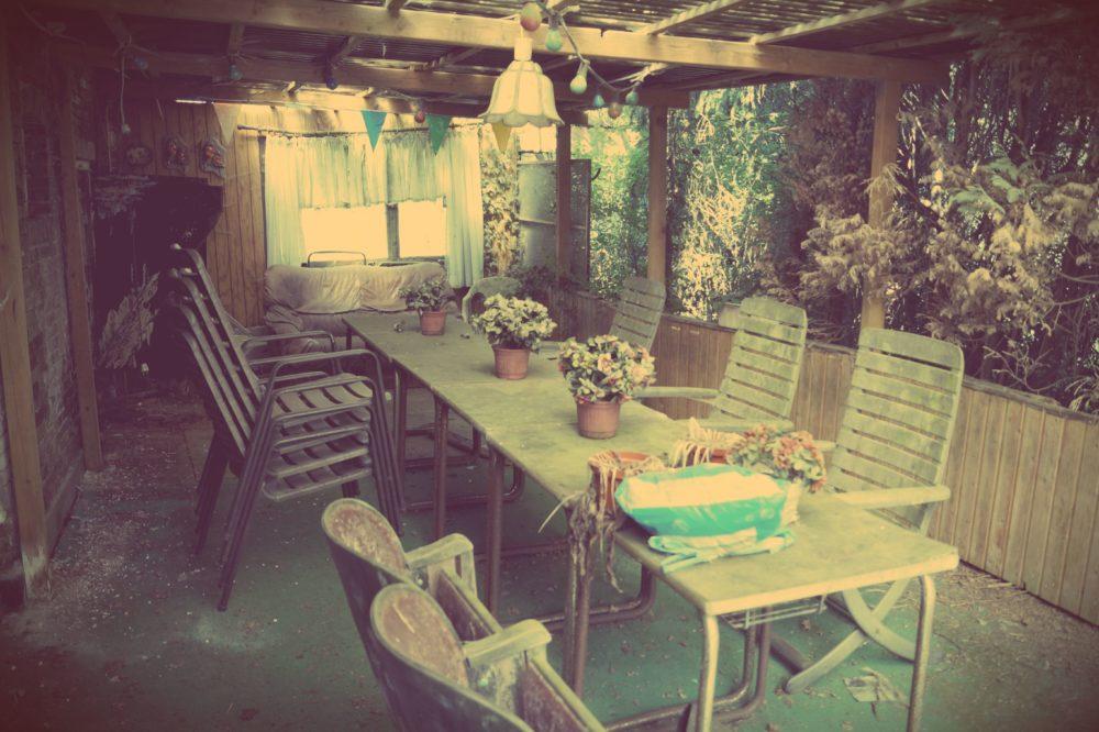 Sitzegelegenheiten: Vergessene Gartenstühle