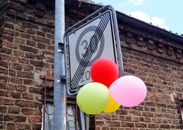 Farbenfrohes Straßenschild