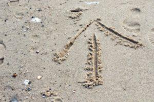 Strand Hooksiel: Pfeil im Sand