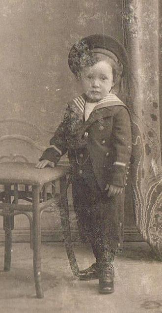 Kindheit früher: Junge in Matrosenanzug