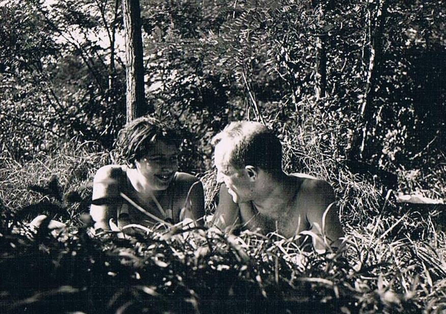 Alte Paarfotos: zu Zweit am Rheinufer