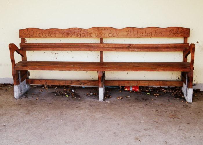 Sitzgelegenheiten: Bank auf Rastplatz