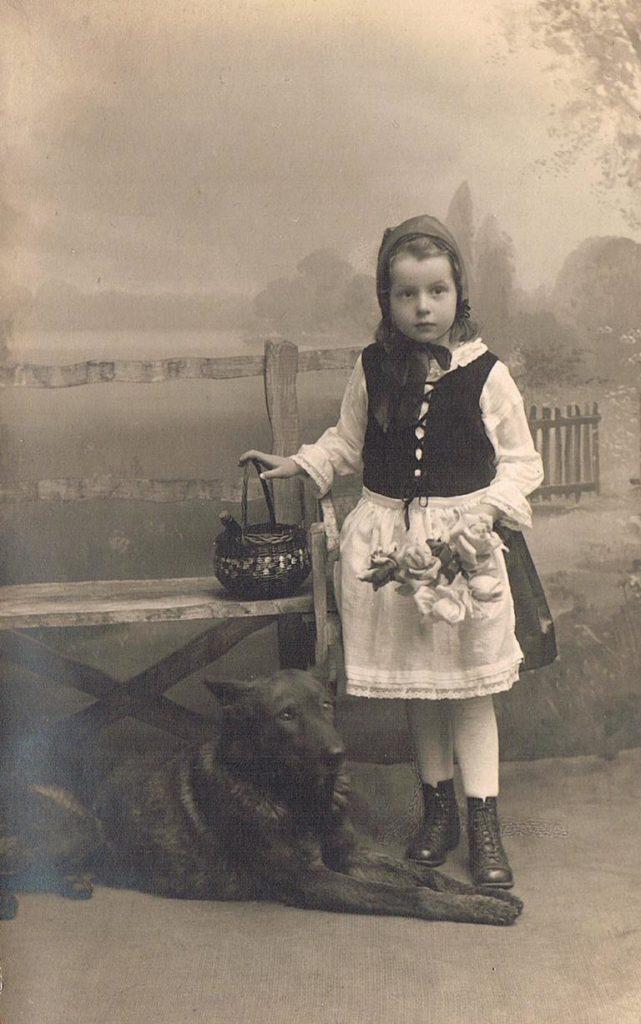 Alte Kinderfotos: Rotkäppchen
